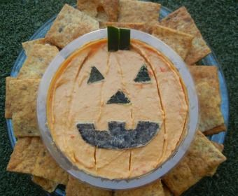 Halloween Hummus - A healthy treat to bring to class parties or just to enjoy! A super simply easy Halloween recipe for classroom or kids' parties!