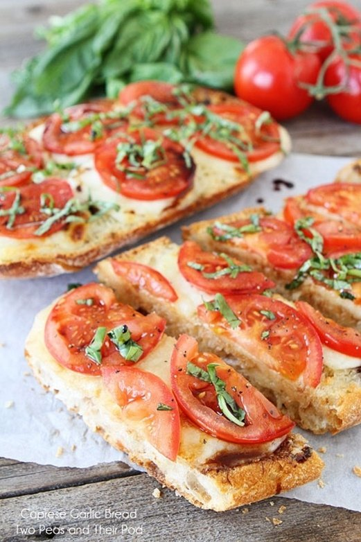 Caprese Garlic Bread Recipe @Andrea Muller Carnall-Brown  this looks so yummy