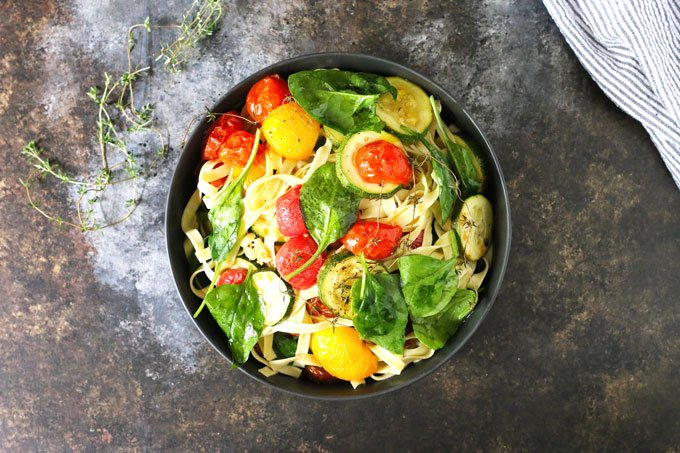 This roasted tomato zucchini spinach fettucini recipe is the perfect way to use your farmer's market purchases and end-of-summer garden's bounty. Pair it with a glass of Grillo for the perfect weeknight dinner! | honeyandbirch.com